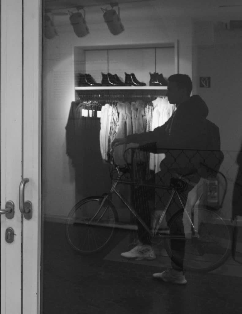 Person scheinbar auf einem Fahrrad sitzend