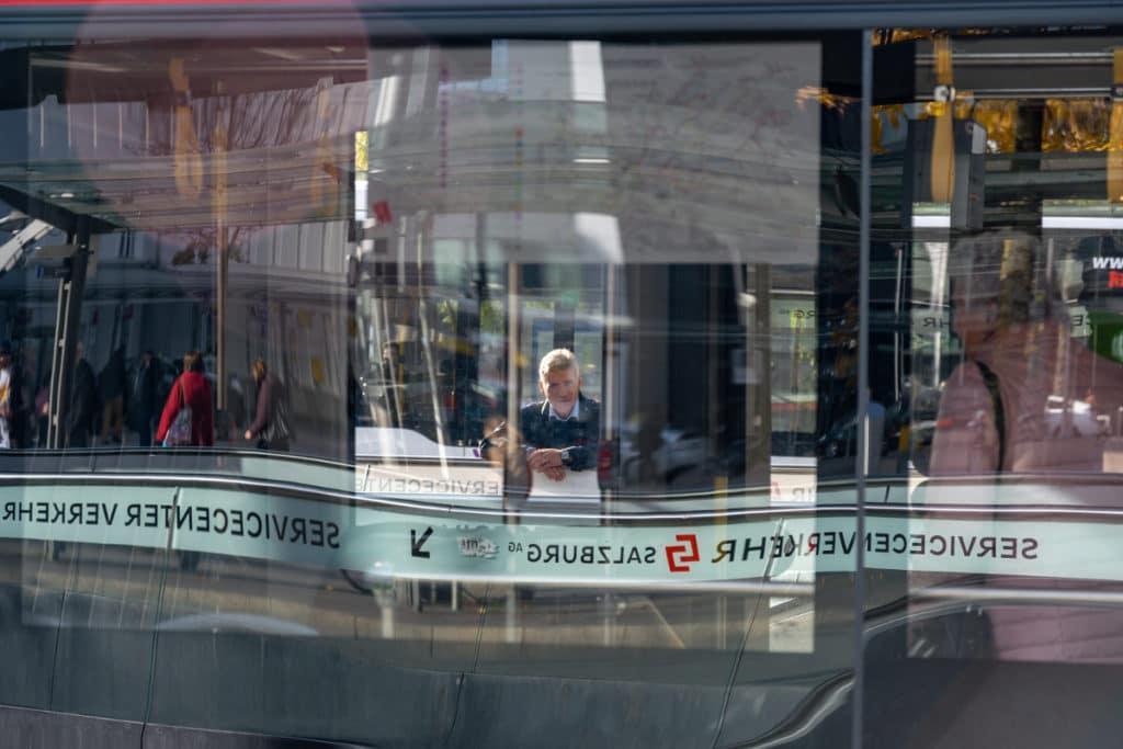 Busfahrer in einer Spiegelung